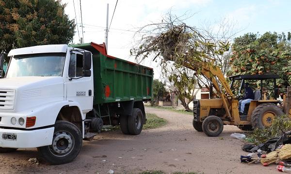 Villa Río Negro: el Municipio realizó un saneamiento integral con desmalezado, recolección de residuos y erradicación de minibasurales
