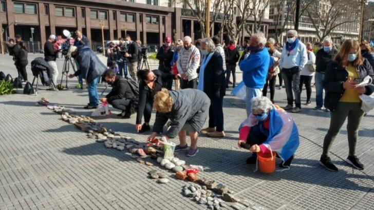 """Con las """"piedras"""" de la marcha, el Gobierno construirá un espacio en memoria de los fallecidos por Covid"""