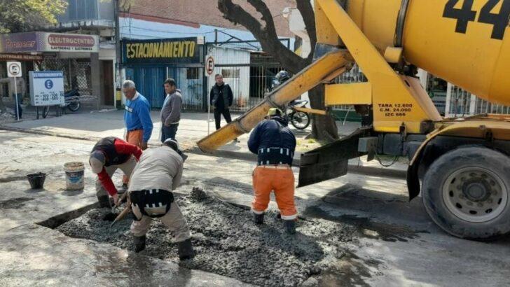 El Municipio capitalino avanza el bacheo sobre calles del microcentro y en los barrios