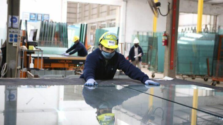 Gracias al régimen de Promoción Industrial, una fábrica de vidrios inició nuevas líneas de producción